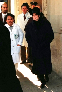 Michael Jackson leaves the New York Beth Israel hospital, Dec.1995