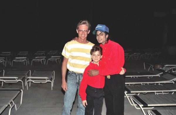 Alan Light with MJ and Jimmy Safechuck in Hawaii 1988 (photo by Alan Light)