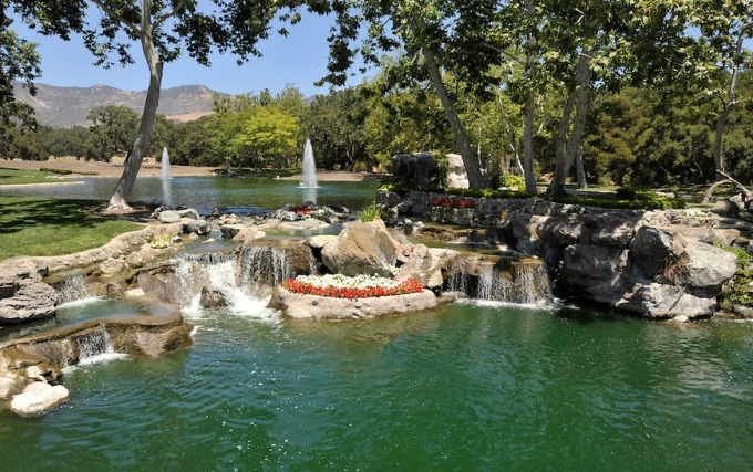 neverland-fountains-waterfall-to-the-right-of-the-main-house