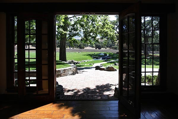 neverland-house-main-doors-neverland-valley-ranch-19461632-600-400